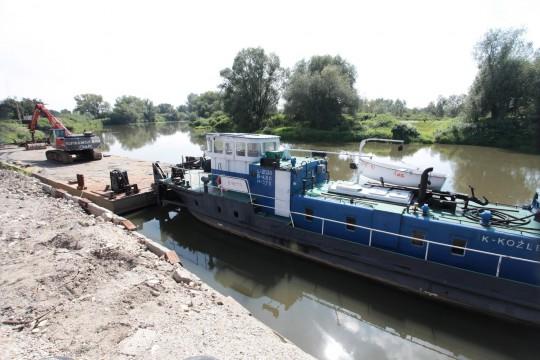 """Statek """"Łoś"""" wraz z pontonem W-2 z załadowaną koparką hydrauliczno-czerpakową, służącądo wydobywania urobku z dna Odry w celu jej pogłębienia"""