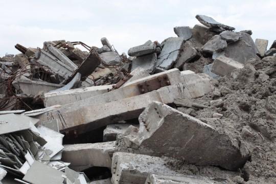 Wyburzanie obiektów przemysłowych. Przerób gruzu. Odbiór asfaltu i gruzu -fota